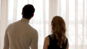 Hombre y mujer, visión trasera almacen de metraje de vídeo