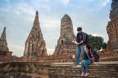 Hombre y mujeres del viajero con la mochila que caminan en el templo Ayuttaya, Fotografía de archivo