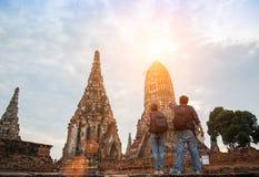 Hombre y mujeres del viajero con la mochila que caminan en el templo Ayuttaya, Fotografía de archivo libre de regalías