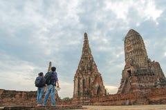 Hombre y mujeres del viajero con la mochila que caminan en el templo Ayuttaya de Asia, fotos de archivo libres de regalías