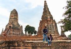 Hombre y mujeres del viajero con la mochila que caminan en el templo Ayuttaya, Tailandia Fotos de archivo