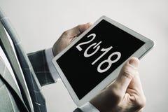 Hombre y número 2018, como el Año Nuevo, en una tableta Imágenes de archivo libres de regalías