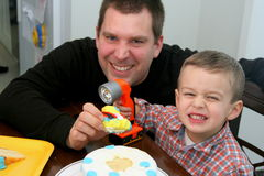 Hombre y niño que hacen caras Imágenes de archivo libres de regalías