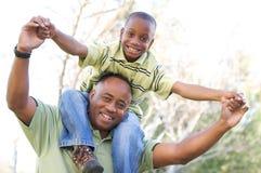 Hombre y niño que se divierten Foto de archivo libre de regalías