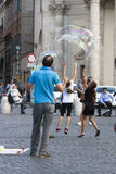 Hombre y niños con las burbujas de jabón grandes Fotos de archivo
