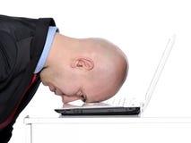 Hombre y ordenador portátil subrayados imágenes de archivo libres de regalías