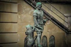 Hombre y oso del monumento en el patio de un castillo Fotos de archivo libres de regalías