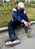Hombre y patines Fotos de archivo libres de regalías