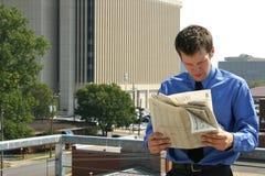 Hombre y periódico en ciudad Fotografía de archivo