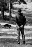Hombre y perro del Bw Foto de archivo