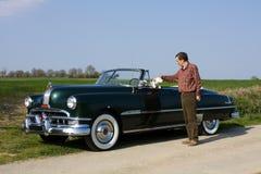 Hombre y perro en coche retro Foto de archivo libre de regalías