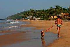 Hombre y perro en el sol tropical Fotografía de archivo