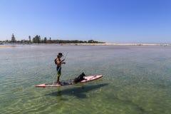 Hombre y perro en el tablero, stephens del puerto, Australia Fotografía de archivo