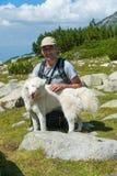 Hombre y perro en la montaña Pirin Fotografía de archivo libre de regalías