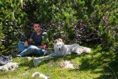 Hombre y perro en la montaña Pirin Fotos de archivo