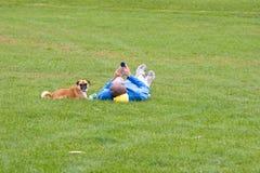 Hombre y perro en parque Foto de archivo libre de regalías