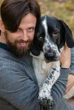 Hombre y perro en parque del otoño fotografía de archivo libre de regalías