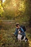 Hombre y perro en parque del otoño imagen de archivo