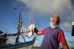 Hombre y pescados imagen de archivo
