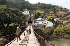 Hombre y puente de travesía de las cabras Imagen de archivo