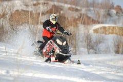 Hombre y salto rápido de la moto de nieve de la acción Fotos de archivo