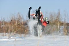 Hombre y salto rápido de la moto de nieve de la acción Fotografía de archivo libre de regalías