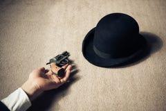 Hombre y sombrero muertos en piso imagen de archivo
