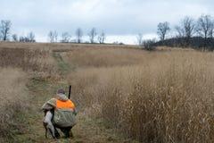 Hombre y su caza del pájaro del mejor amigo Foto de archivo