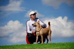 Hombre y su perro Imagenes de archivo