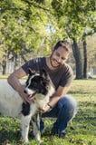 Hombre y su perro fotografía de archivo