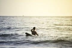 Hombre y tablas hawaianas en el mar de igualación en Koh Payamm, Tailandia - el ejercicio es bueno para la salud imagen de archivo