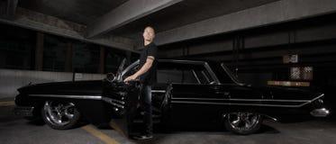 Hombre y un coche fresco Imagenes de archivo