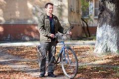 Hombre y una bicicleta Foto de archivo