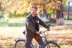 Hombre y una bicicleta Foto de archivo libre de regalías