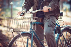 Hombre y una bicicleta Fotos de archivo libres de regalías