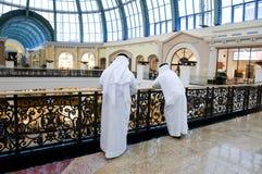 Hombres árabes de Emirati en una alameda Imágenes de archivo libres de regalías