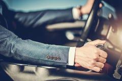Hombres acertados que conducen el coche imagen de archivo libre de regalías