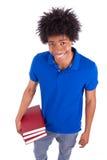 Hombres adolescentes negros jovenes del estudiante que sostienen los libros - gente africana Foto de archivo