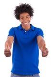 Hombres adolescentes negros jovenes que muestran a gente africana de los pulgares para arriba - Foto de archivo libre de regalías