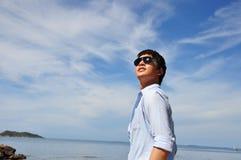 Hombres asiáticos con el cielo Imagenes de archivo