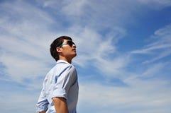Hombres asiáticos con el cielo Foto de archivo