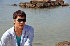 Hombres asiáticos con el océano Imágenes de archivo libres de regalías