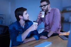 Hombres barbudos atractivos que beben el café Imagenes de archivo