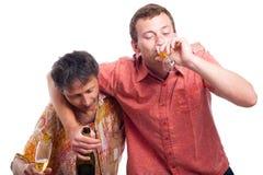 Hombres borrachos que beben el alcohol imagen de archivo libre de regalías