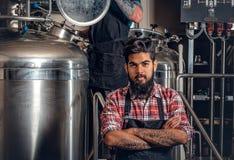 Hombres caucásicos e indios tatuados, barbudos en el microbrewery de la cerveza del arte Fotografía de archivo libre de regalías