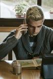 Hombres con el teléfono móvil Imagen de archivo
