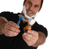 Hombres con la brocha de afeitar y la maquinilla de afeitar Foto de archivo