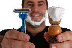 Hombres con la brocha de afeitar y la maquinilla de afeitar Foto de archivo libre de regalías
