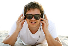 Hombres con los auriculares en la playa Fotografía de archivo
