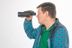 Hombres con los prismáticos Retrato en estudio en blanco foto de archivo libre de regalías